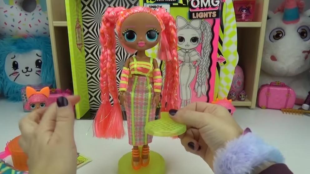 LOL Surprise O.M.G. Lights UV Black Light Surprise Doll DAZZLE Glowing Surprises 4