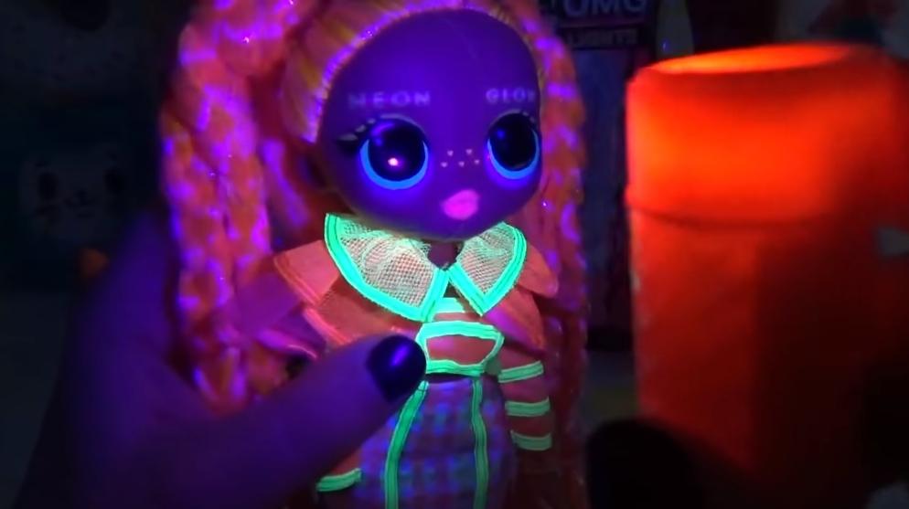 LOL Surprise O.M.G. Lights UV Black Light Surprise Doll DAZZLE Glowing Surprises 5